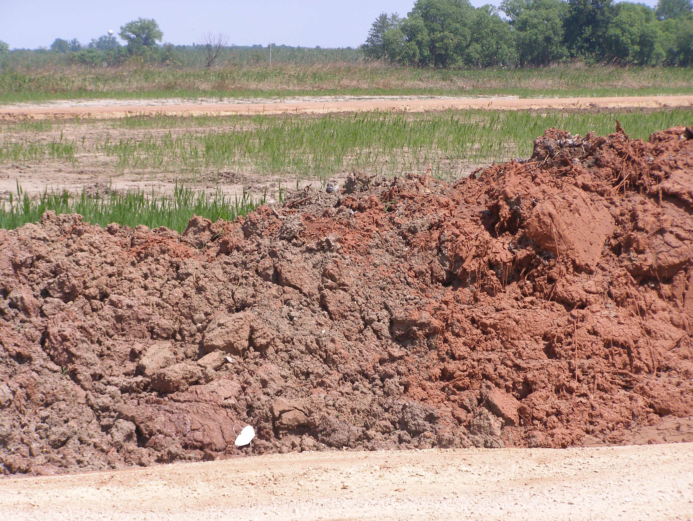 Vörösiszappal kevert talajkupac