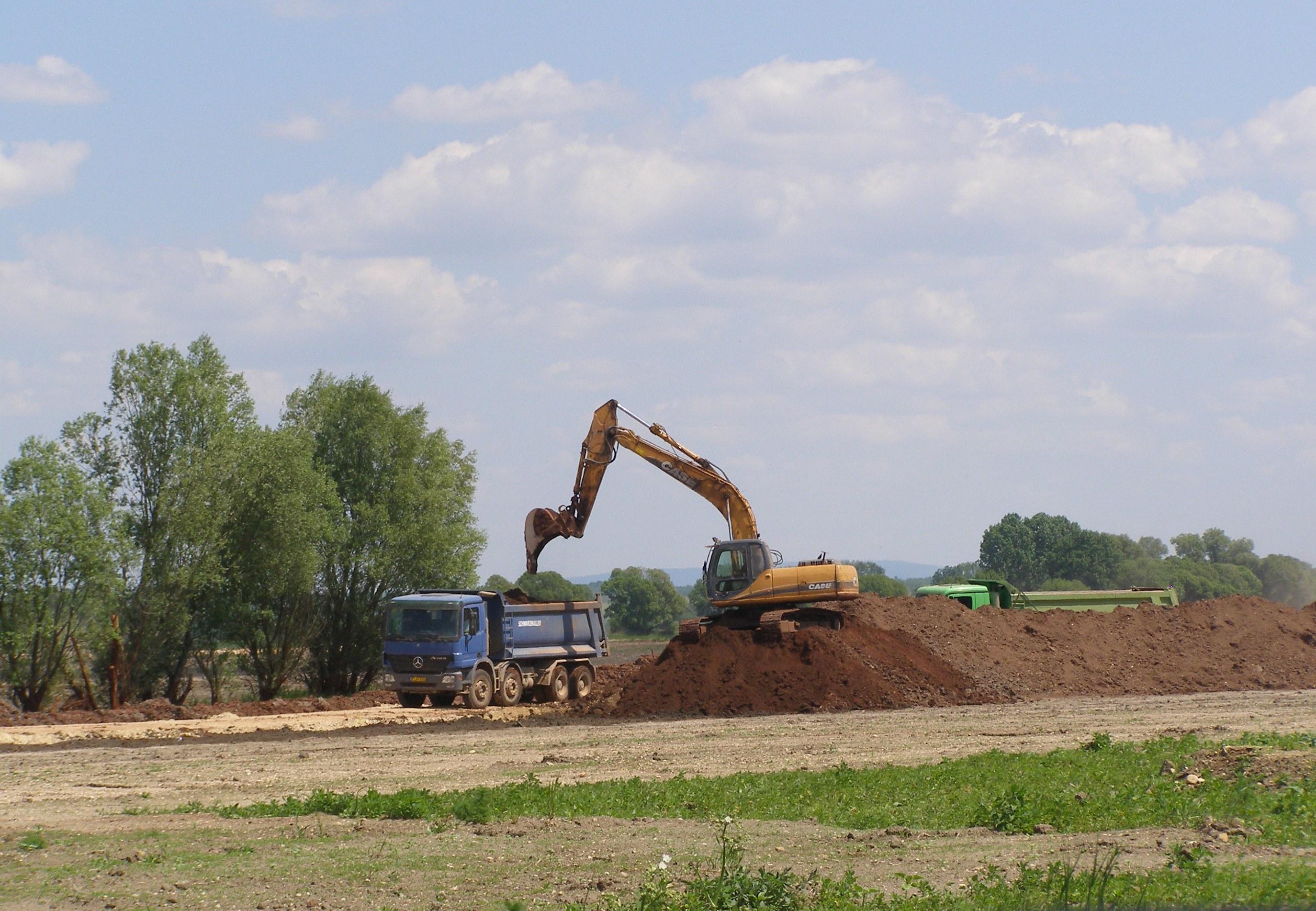 Vörösiszappal kevert talaj elszállítása